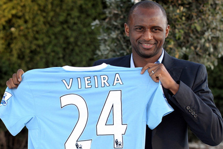 Патрик Виейра с футболкой «Манчестер Сити»