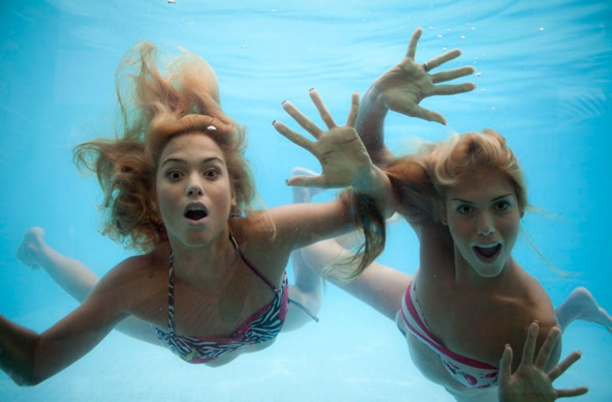 кстати, красивые девушки двойняшки фото в бассейне своим друзьям этом