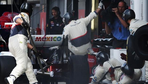 """Пилота """"Формулы-1"""" наказали за наезд на своих механиков"""