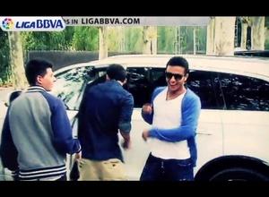 """ВИДЕО: Месси с партнером по """"Барселоне"""" перепутали машины"""