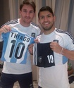 ФОТО: Агуэро подарил сыну Месси форму сборной Аргентины