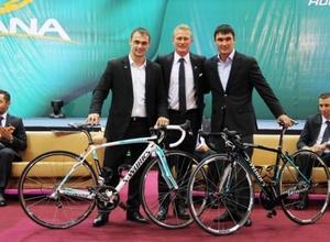 """Велокоманда """"Астана"""" подарила Сапиеву и Ильину велосипеды"""