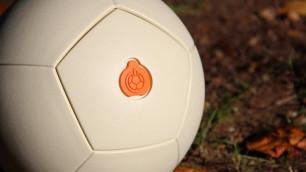 Футбольный мяч дарит энергию тем, кто в него играет