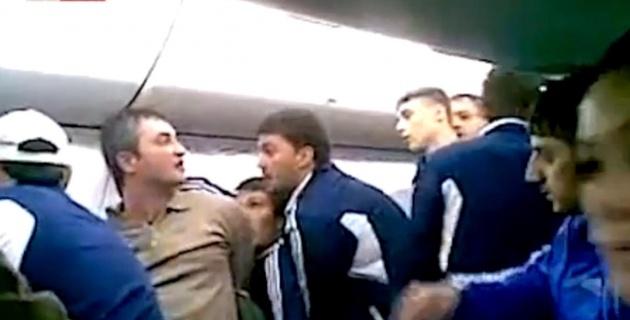 Футболисты связали шарфами пьяного дебошира в самолете (+видео)