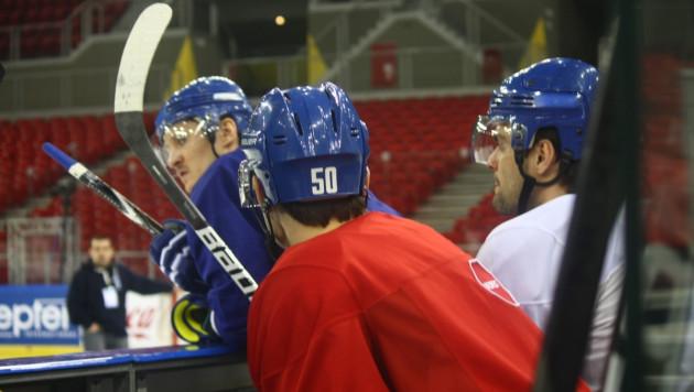 Защитник хоккейной сборной Казахстана играет со сломанным пальцем