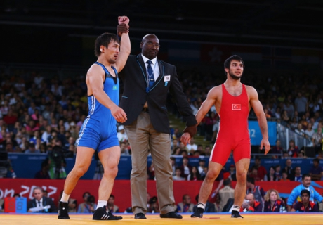 Акжурек Танатаров (в синем) выиграл турнир в Германии. Фото с сайта zimbio.com
