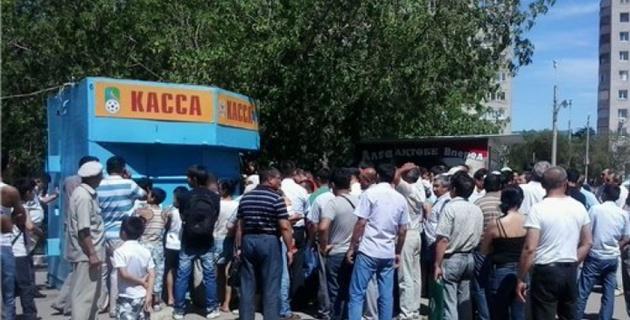 "Фанаты ""Актобе"" устроили давку в очереди за билетами"