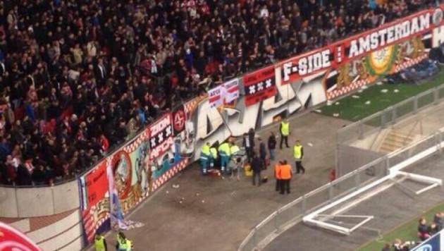 """Фанат """"Аякса"""" упал с трибуны во время празднования гола в ворота """"Барселоны"""""""