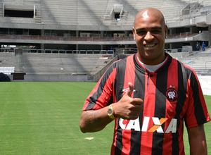 Адриано возобновил карьеру в бразильском клубе