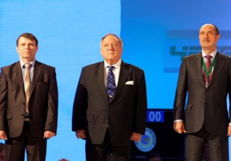 Президент международной федерации тяжелой атлетики Тамаш Аян (в центре). Фото с сайта rfwf.ru