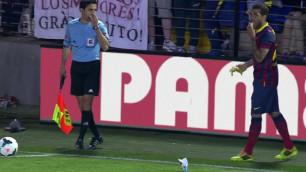 """Защитник """"Барселоны"""" съел брошенный в него с трибуны банан"""