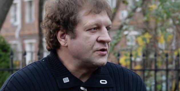 Александр Емельяненко на автомобиле снес фонарный столб