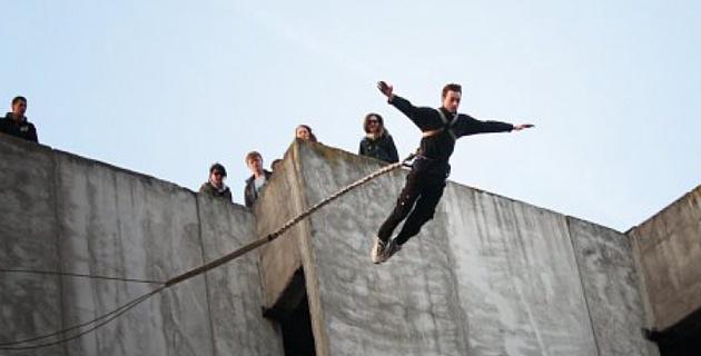 В Караганде набирают популярность прыжки на веревке с высоких зданий