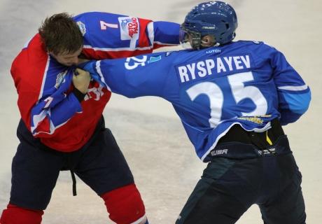 """Хоккеист """"Барыса"""" Рыспаев подрался сразу с двумя игроками """"Нефтехимика"""""""