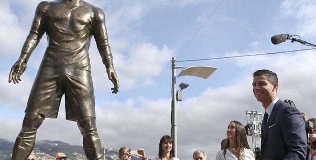 """В социальных сетях высмеяли скульптуру Роналду из-за """"анатомических излишеств"""""""