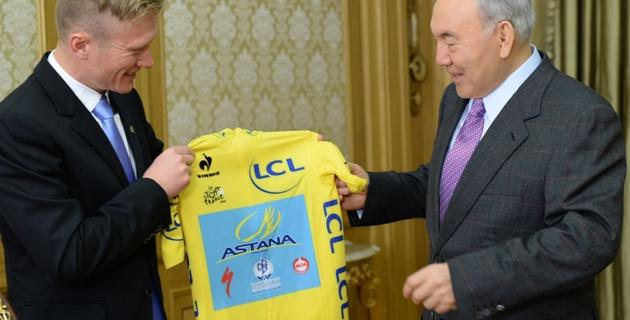 """Винокуров подарил Назарбаеву майку велокоманды """"Астана"""""""