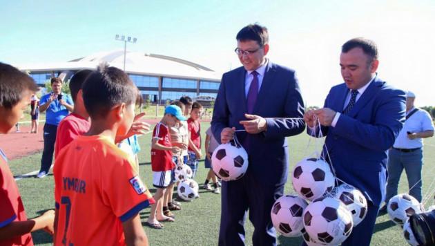 Более 1000 футбольных мячей раздали власти Талдыкоргана детям