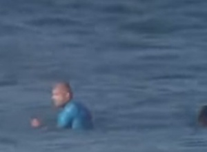 На чемпиона мира по серфингу напала акула во время соревнований