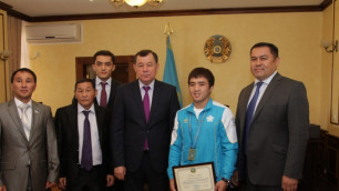 Аким Жамбылской области вручил Елдосу Сметову ключи от новой квартиры