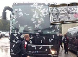 В Германии автобус футбольного клуба обклеили фальшивыми долларами