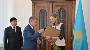 Даниал Ахметов вручил Ольге Рыпаковой сертификат на один миллион тенге