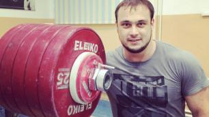 Илья Ильин ведет онлайн своего выступления в Талдыкоргане
