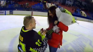 """Вратарь ХК """"Темиртау"""" на льду сделал предложение своей девушке"""