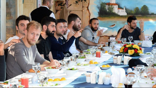 """""""Галатасарай"""" перед матчем с """"Астаной"""" сходил всей командой в ресторан"""