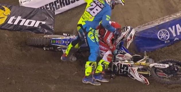 Мотогонщик избил соперника во время соревнований
