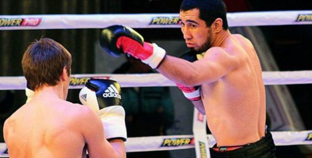 Видео быстрого нокаута казахстанского боксера Ербосынулы в бою с россиянином Антиповым