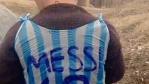 Афганский мальчик в футболке Месси из пакета встретится со своим кумиром