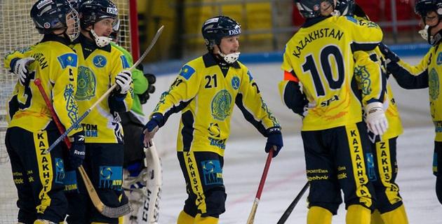 Сборная Казахстана по хоккею с мячом одержала первую победу на чемпионате мира