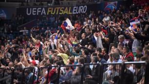 Пьяный российский фанат упал с лестницы во время матча с Казахстаном