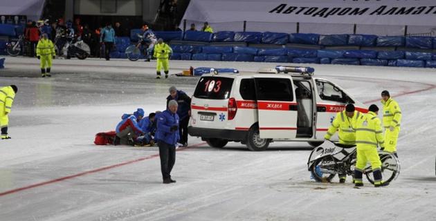 Вылетевший с трассы на ЧМ по спидвею в Алматы казахстанский гонщик избежал серьезных травм