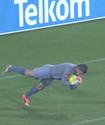 В ЮАР вратарь провоцировал соперников прыжками головой в ноги футболистов
