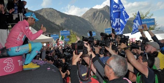"""Посвящаю """"розовую майку"""" всем моим товарищам по команде - Винченцо Нибали"""