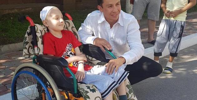 Геннадий Головкин навестил двух мальчиков в детской больнице Алматы и осуществил их мечту