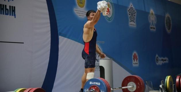 Скандальная выходка Седова на чемпионате Казахстана по тяжелой атлетике в фотографиях