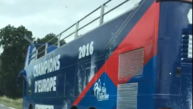 """Французы заказали """"чемпионский автобус"""" еще до проигранного финала Евро-2016"""