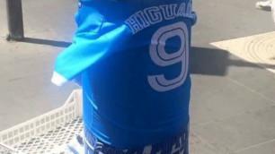 В Неаполе появились урны в футболках Гонсало Игуаина