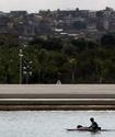 Байдарочник на Олимпиаде перевернулся после столкновения с затонувшим диваном