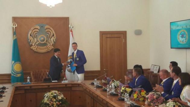 Баландину и Шакимовой подарили авто и квартиры в Алматы
