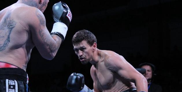 Видео полного боя Исы Акбербаева с Майком Курцвейлом на вечере бокса в Алматы