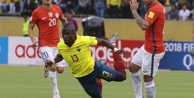 Форвард сборной Эквадора симулировал травму во время матча и скрылся от полиции на скорой помощи