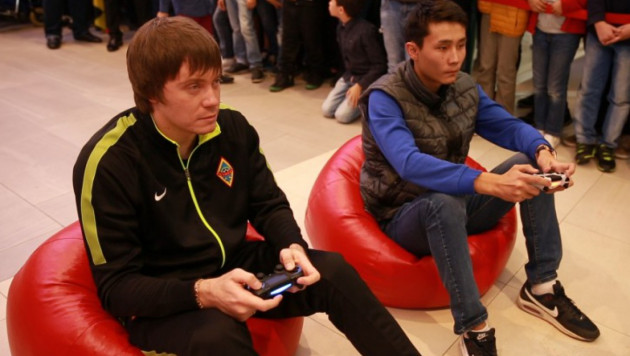 Андрей Аршавин и Владимир Плотников сыграли в FIFA 17 против болельщиков