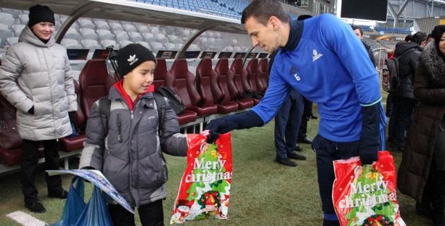 """Футболисты """"Астаны"""" подарили детям из малообеспеченных семей зимнюю одежду"""
