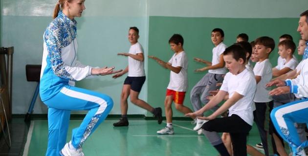 Ольга Рыпакова провела урок физкультуры в родной школе