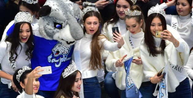 """Финалистки """"Мисс Казахстан"""" поддержали """"Барыс"""" в матче с """"Адмиралом"""""""