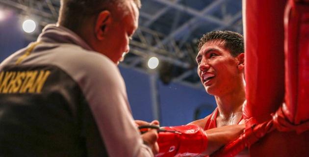 Жанибек Алимханулы два раза за бой отправил соперника в нокдаун и выиграл чемпионат Казахстана