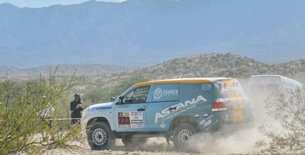 """Экипаж Astana Motorsports удержал за собой третью строчку общего зачета """"Дакара"""" после сложного пятого этапа"""